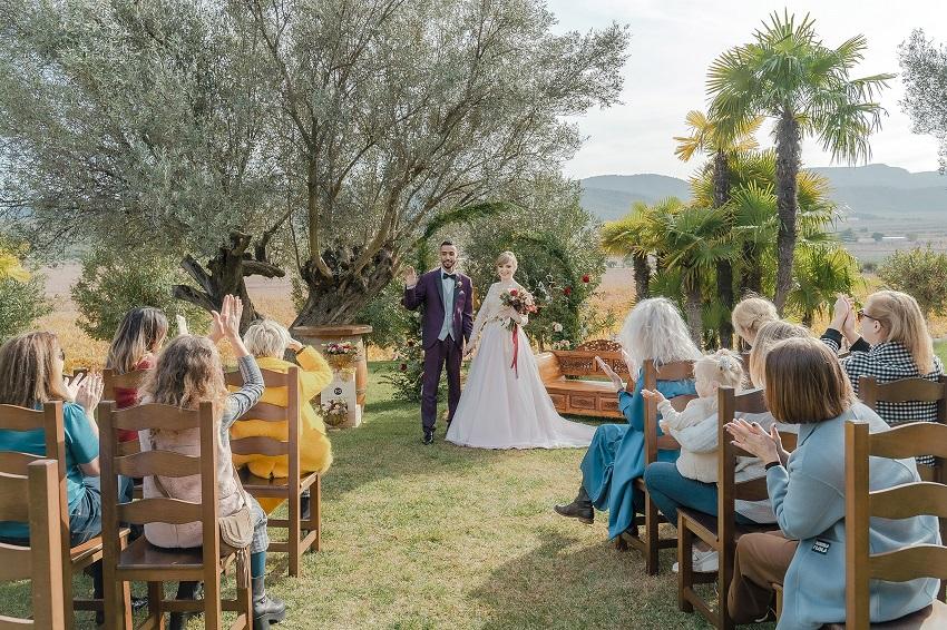 Entre vinos, uvas, viñas y barriles así fue esta boda en unas bodegas